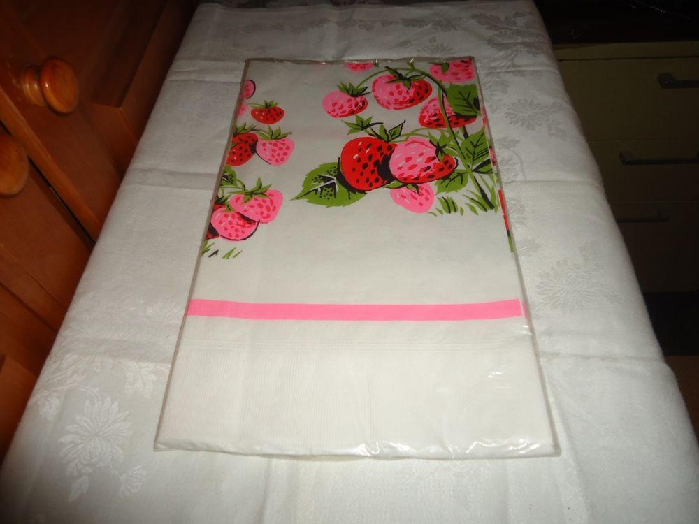 Vintage NOS NIP Futura Stylized Design Paper Table Cover. Strawberry Motif. USA.