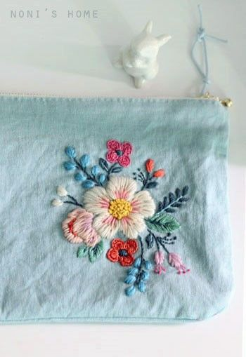좋아하는 블루스카이 린넨에 조금 화려한 색상의 꽃을 수 놓은 여름 느낌 물씬 나라며 만든 가벼운...