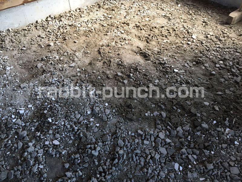 土間コンクリートの下地を整地する 砕石代わりに瓦を砕いて転圧 土間コンクリート 砕石 コンクリート