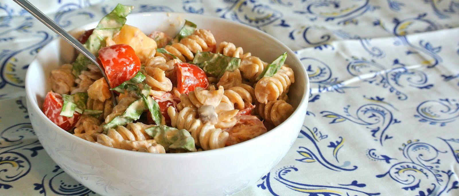 Spicy pasta salat med ost, tomater og persille