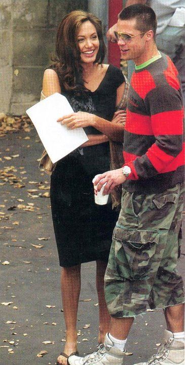On The Set Of Mr Mrs Smith Brad Pitt And Angelina Jolie Angelina Jolie Photos Brad And Angelina