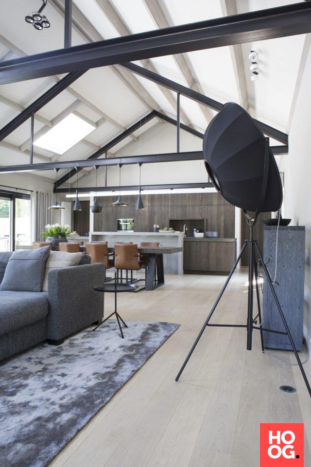 Moderne woonkamer inrichting met open haard   woonkamer ideeën ...