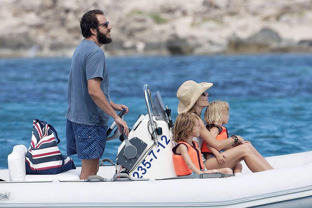 Padrazos En alta mar. Borja Thyssen y Blanca Cuesta disfrutan de sus vacaciones familiares en Ibiza.