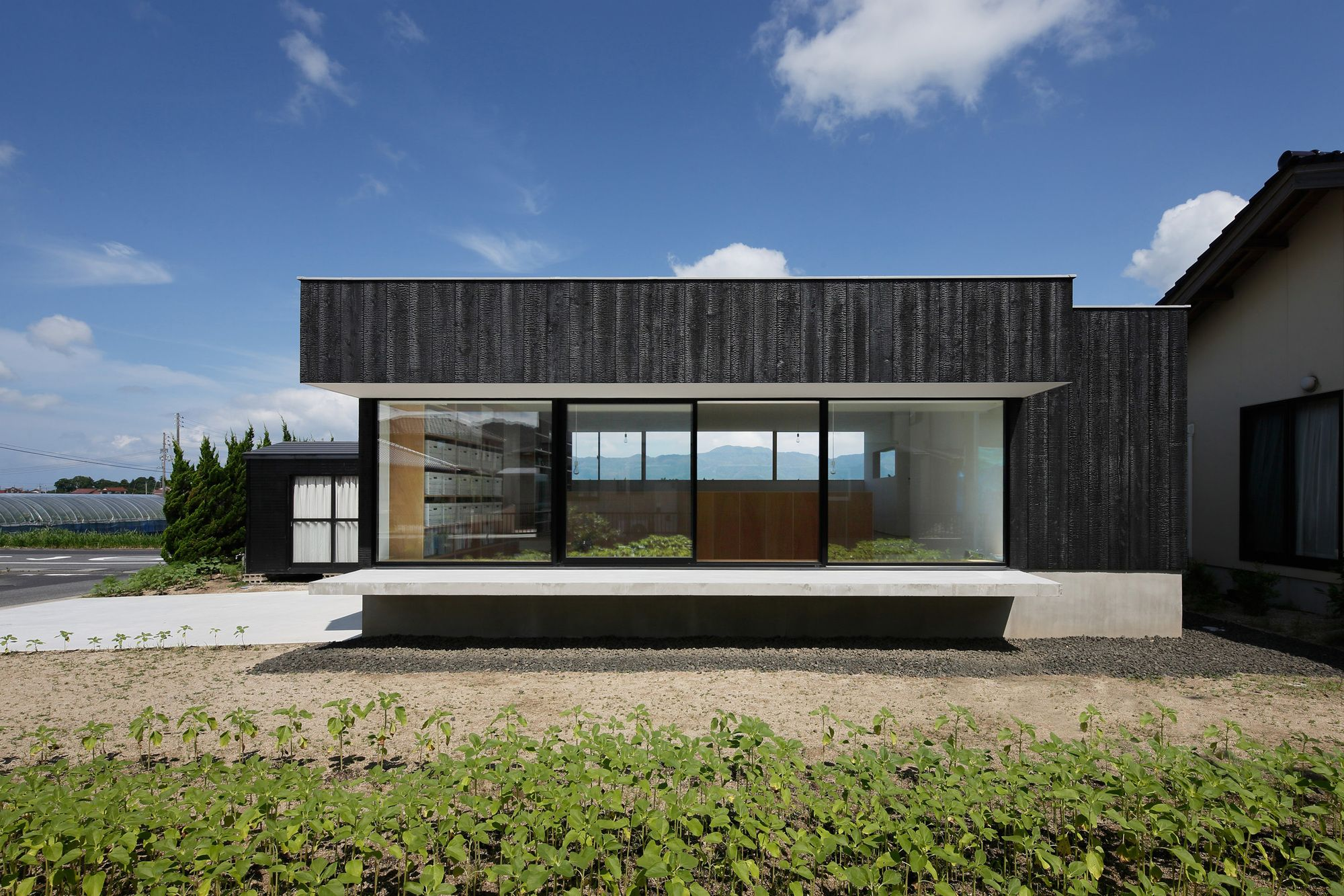 A Small House by Harunatsu-Arch in Izumo, Japan | Smallest house ...