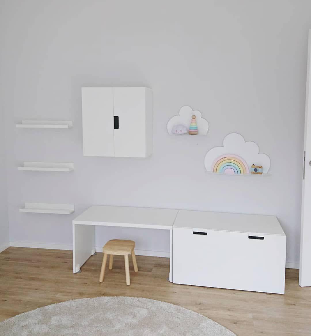 Kinderzimmer 🌈 Links haben wir Regale für Kinderbücher ...