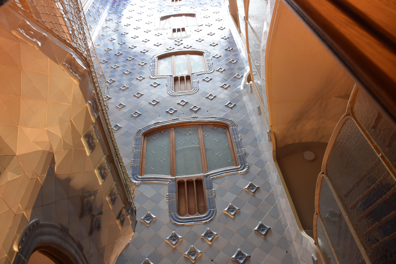 Estas ventanas azules tienen diseño único también. Los colores mates de las ventanas no la permiten mucha luz a entrar. Pero, son tranquilas, y similar a las otras ventanas de casa de Gaudí.