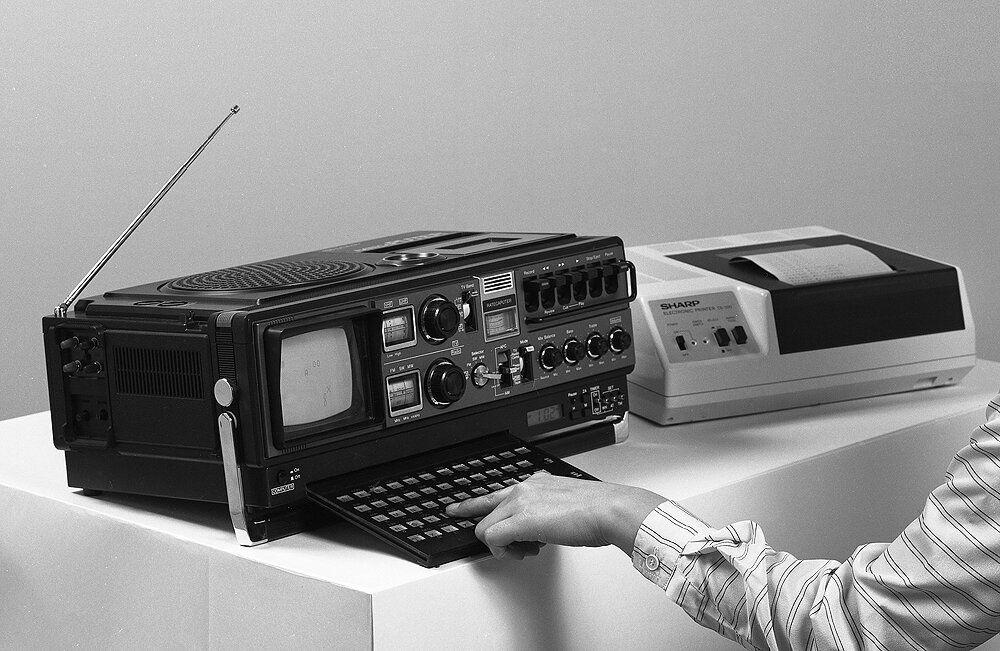 SHARP,1979_ラテカピュータ=ラジオ+テレビ+カセット+コンピュータ+時計+放電プリンタ 昭和54年