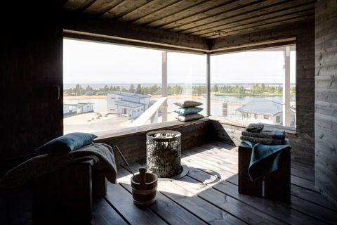 Saunasta näkyy kauas merelle. Tumma sauna on kodikas ja tunnelmallinen.