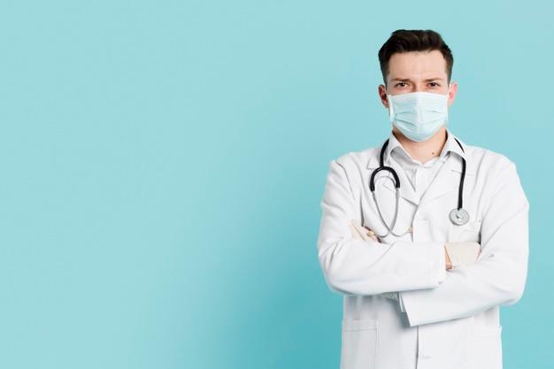 Vista Frontal Do Médico Com Máscara Médica Posando Com Braços Cruzados | Foto de medico, Poses, Tratamento médico