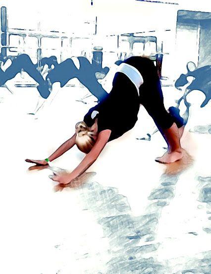 """Gestresst und verspannt vom Arbeitsalltag? Probieren Sie's  mal mit """"Adho Mukha Svanasana"""". Die #Yoga Asana sieht aus wie ein umgedrehtes V und wird auch herabschauender Hund genannt. Gut gegen Rückenschmerzen und Verspannungen im Nackenbereich. Der Hund verbessert die Blutzirkulation und stimuliert das Nervensystem! Auf die Yogamatte, fertig, los! #training #sport  https://www.kuebler-sport.de/fitness-functional-training/yoga-pilates.html"""