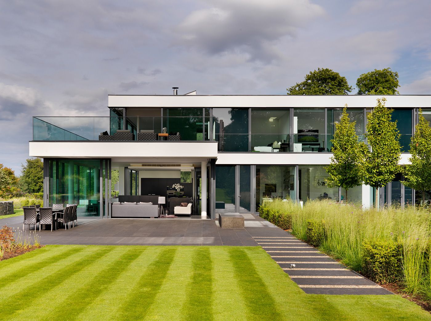 Contemporary Country House On The Banks Of The River Thames ...