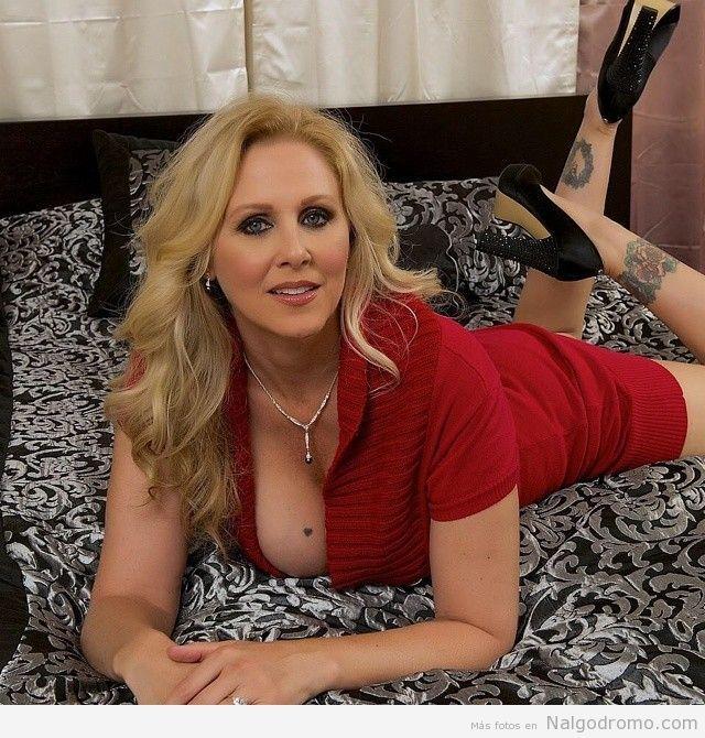 Julia Ann, seductora en la cama.... Milf Madura