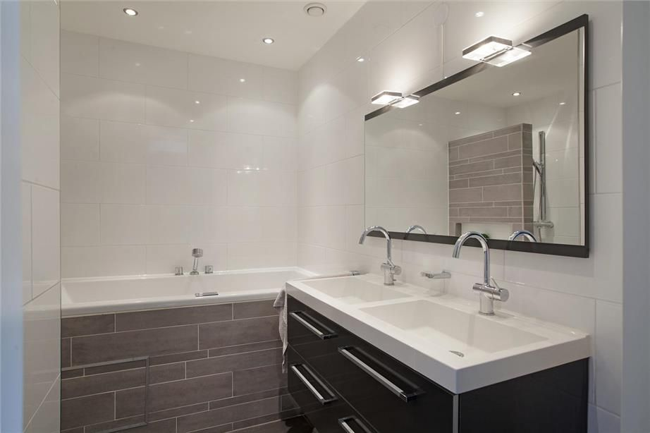 Moderne kleine badkamer. compleet met dubbele wastafel inloodouche