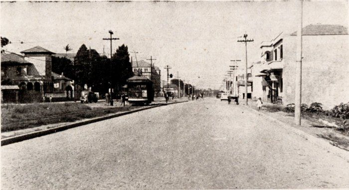 Bonde no canteiro central da rua Domingos de Moraes em 1943