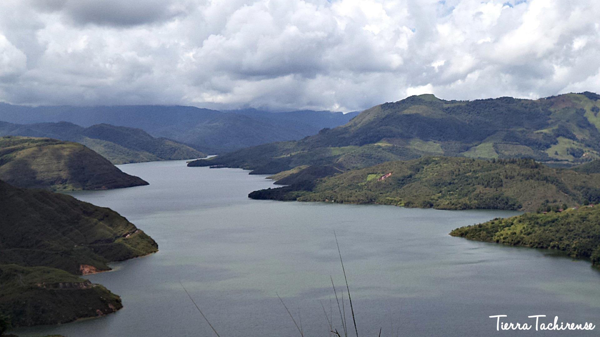 Represa de Uribante Caparo, desde otro punto.