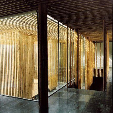 une villa en bambou et en verre face la grande muraille cloison en verre cloisons et bambou. Black Bedroom Furniture Sets. Home Design Ideas