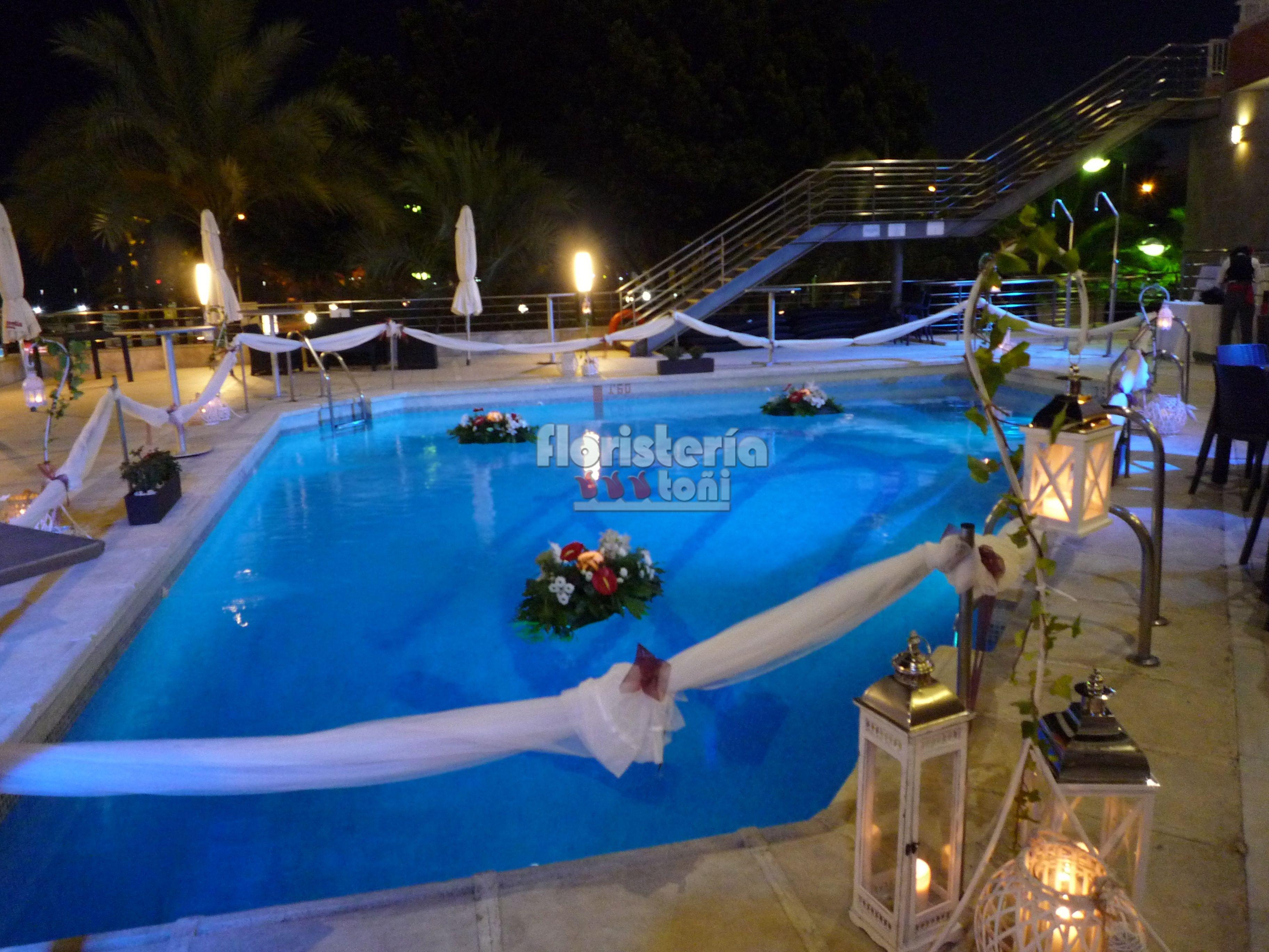 Decoraci n terraza gran hotel almer a con centros for Velas flotantes piscina
