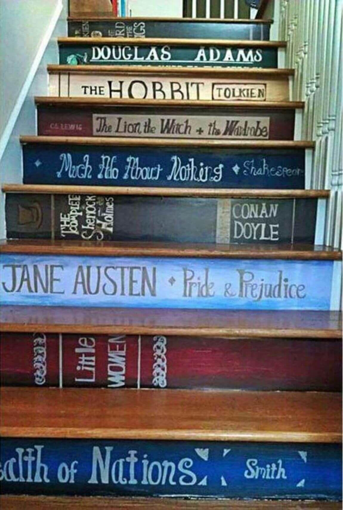 Un' idea per decorare le scale metafora dell'importanza della lettura per elevarsi ad un livello superiore