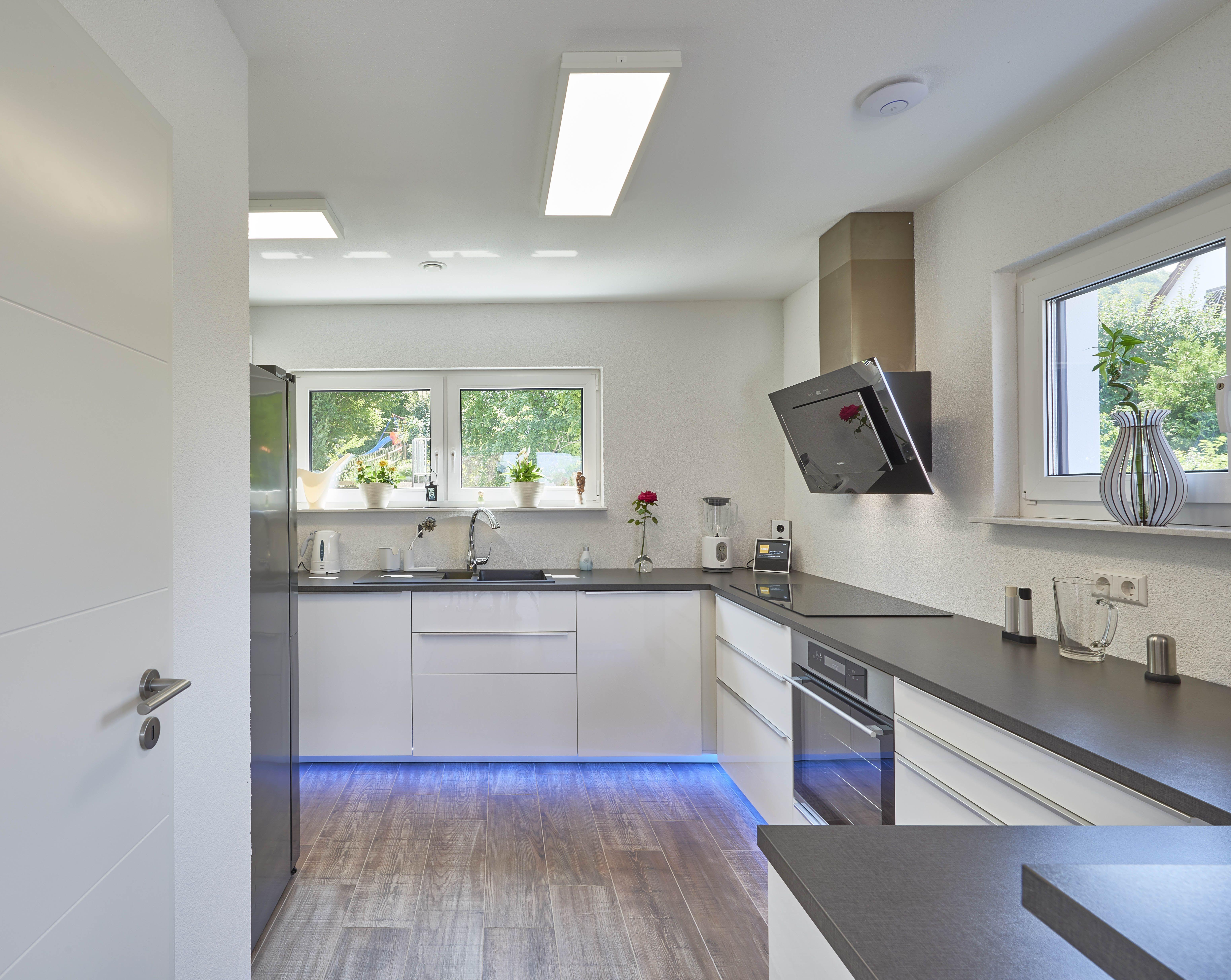 Küche - kitchen - beleuchtet in blau - Dunstabzugshaube
