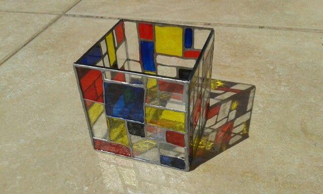 Cubo estilo Mondrian.