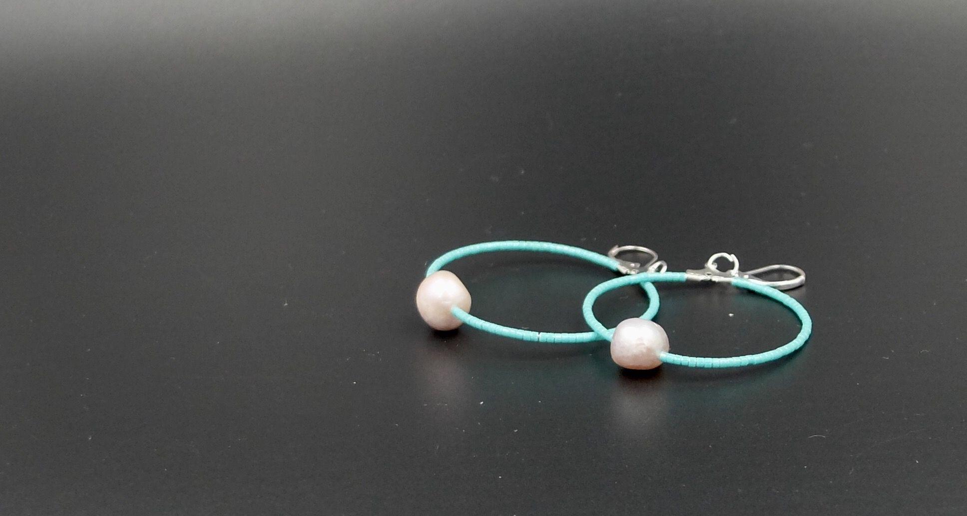 Créoles de Miyuki et perles baroques blanches australiennes.