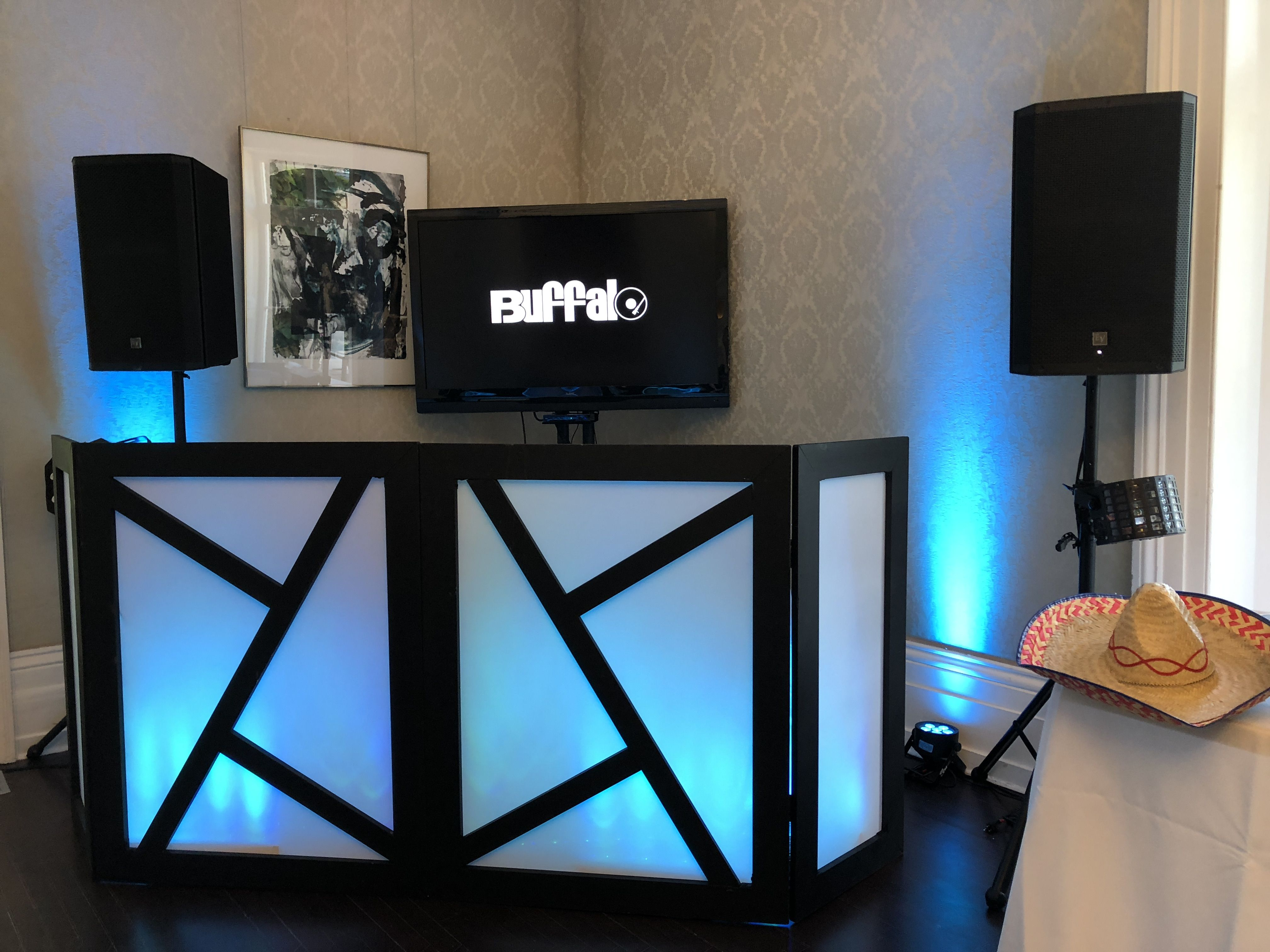 Diy Dj Facade For Weddings Or Special Events Hide The Cables And Dj Equipment With This Homemade Facade Facade Pour Dj L Wedding Dj Setup Booth Decor Dj Room