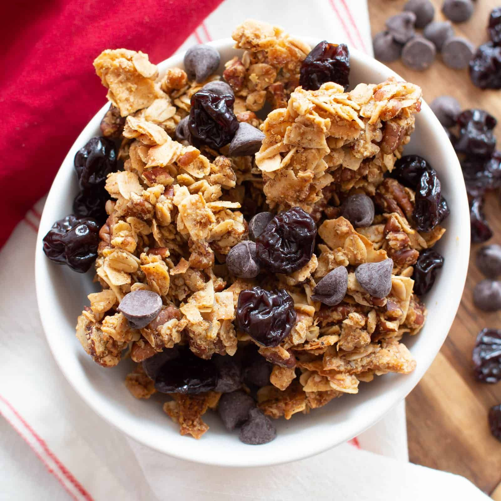 The best EASY healthy granola recipe with BIG chunky ...