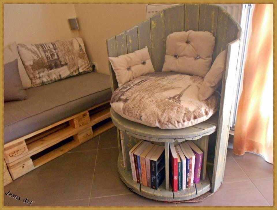 muebles de palets silln construido con una bobina y dos palets