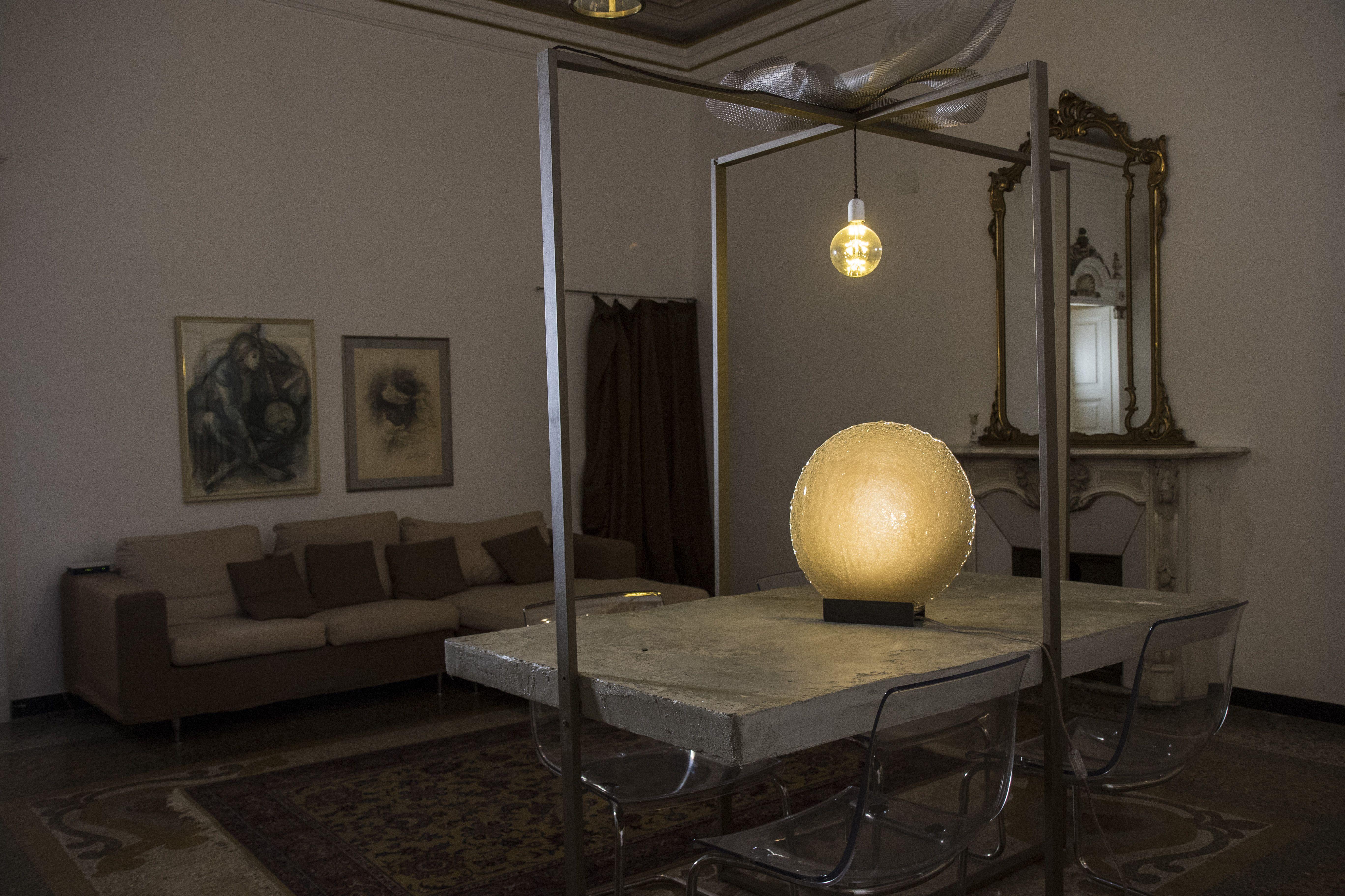 Alone non è solo una lampada di design. Alone racconta una