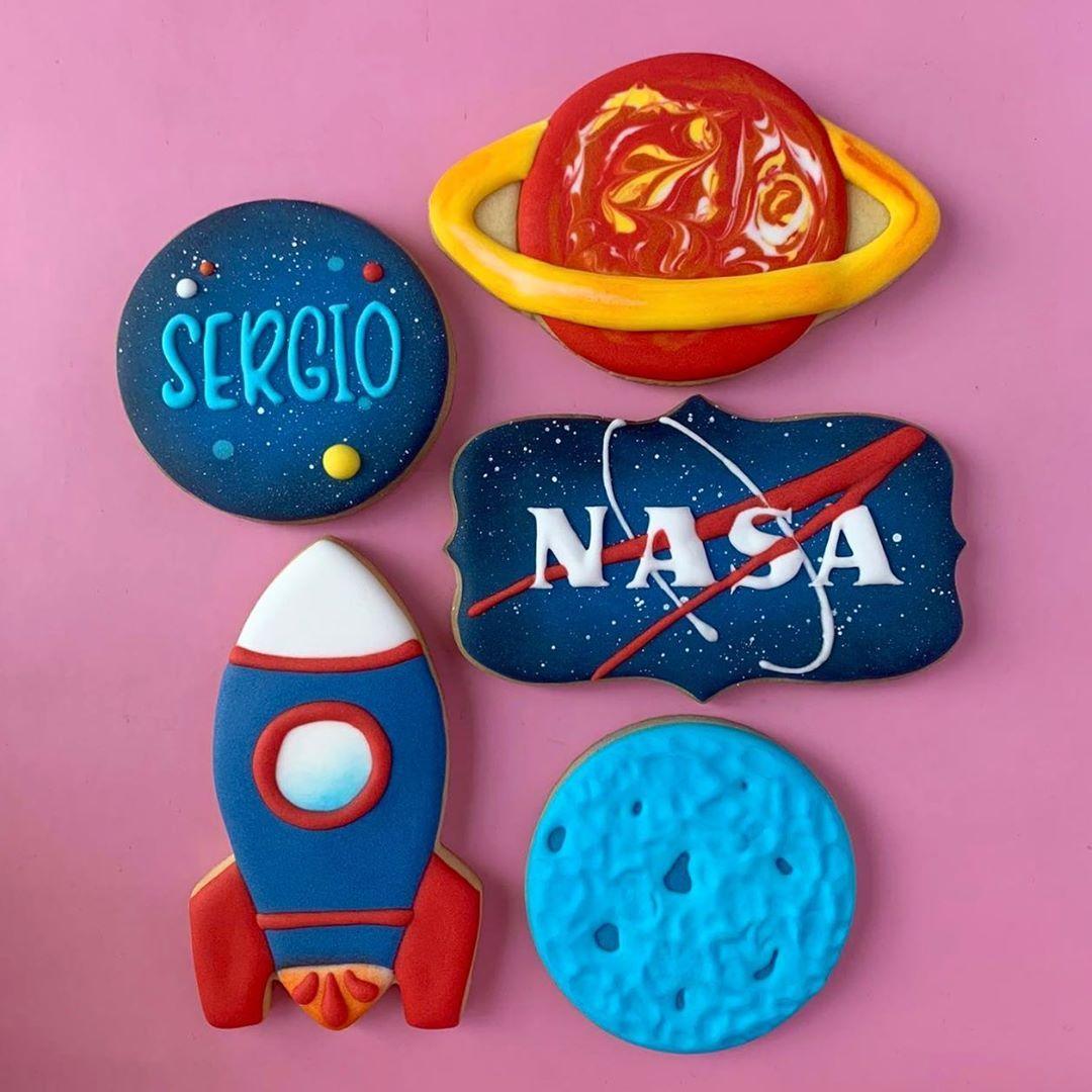 NASA / Space themed Birthday Set 🚀💫☄️ ➪ Si deseas realizar un pedido, envíanos un mensajito para darte más información. 💌 . . ➪ 𝐃𝐌 𝐭𝐨 𝐩𝐥𝐚𝐜𝐞 𝐲𝐨𝐮𝐫 𝐨𝐫𝐝𝐞𝐫. ➪ 𝐂𝐨𝐭𝐢𝐳𝐚𝐜𝐢𝐨𝐧𝐞𝐬 𝐲 𝐩𝐞𝐝𝐢𝐝𝐨𝐬 𝐩𝐨𝐫 𝐢𝐧𝐛𝐨𝐱. .