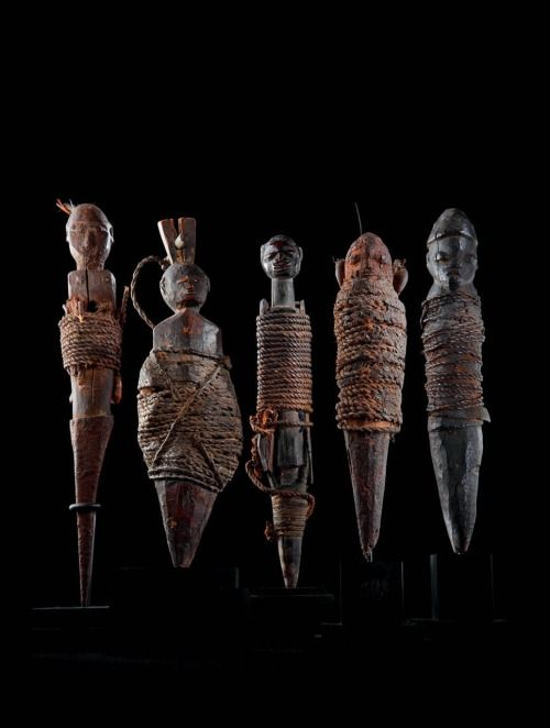 Sculptures vaudou Nago et Fon, Bénin. Bois, corde, coquillages, métal, tissu, argile, plume, végétaux, os, patine sacrificielle.