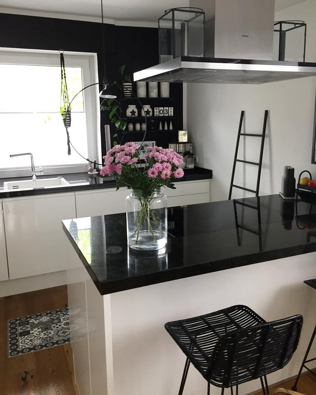 Monochrome Vibes Diese Küche Im Schwarz Weiß Look überzeugt Auf Ganzer Linie Unser Highlight Der Rattan Theken Innenarchitektur Design Für Zuhause Haus Deko