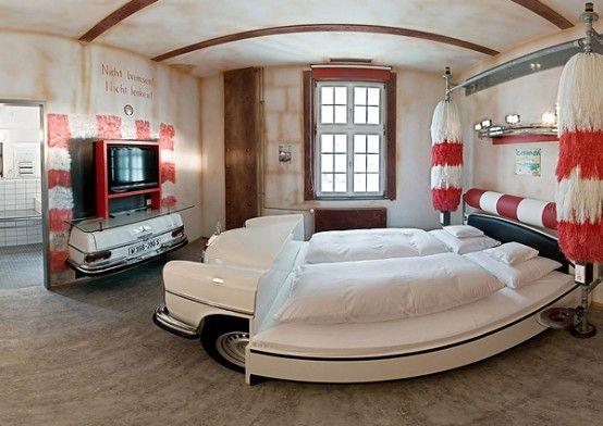 Hôtel à stuttgart allemagne lhôtel des amoureux des voitures et des autos de collections des chambres avec des lits à carrosserie de voiture