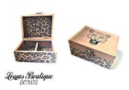 Boîte à Bijoux Leopard Cette boîte à bijoux est idéale pour ranger vos bijoux et décorer vôtre espace grâce à ces motifs leopard. Laisser place à votre côté sauvage.    PAS D'ENVOI A L'INTERNATIONAL.   Dimensions: 14.5 cm x 11 cm Hauteur: 6,5 cm