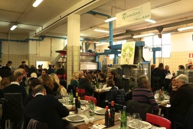 La magia di un frantoio che diventa per un giorno ristorante per celebrare l'#olio extravergine di oliva