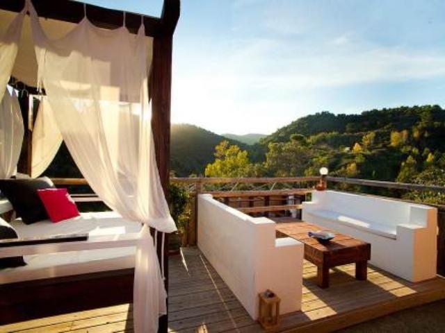 Estas espectaculares vistas no tienen precio. Puedes disfrutarlas a tan solo 3 km de la Costa Brava, en esta casa en Calonge.
