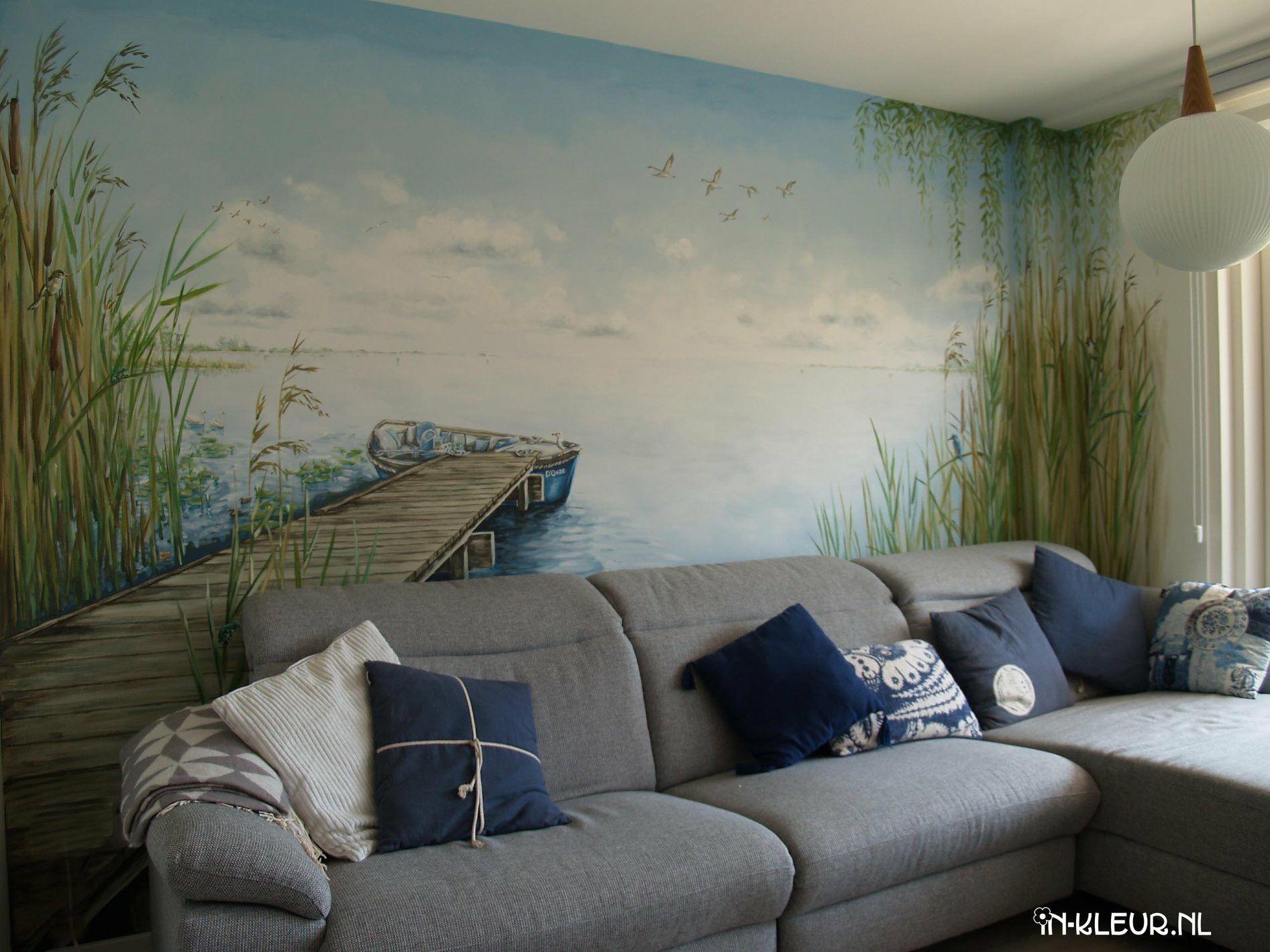 Muurschildering in een woonkamer, met uitzicht op een waterlandschap ...