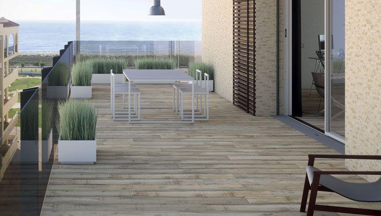 Cer mica porcelanico para suelos de terrazas con un dise o - Suelo gres imitacion madera ...