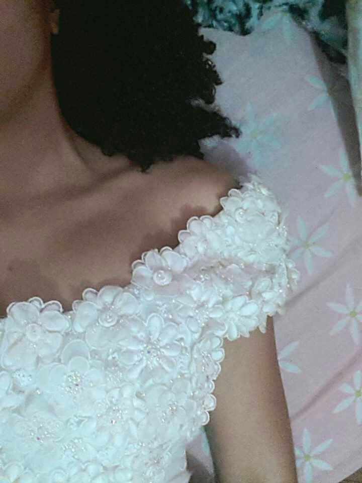 Aquela manga linda.. #noivanegra #detalhes #vestidobranco #flores #cachos