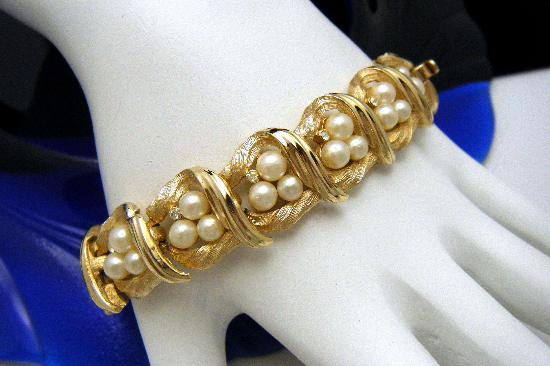 Crown Trifari Vintage Bracelet White Lucite Gold Tone Y Bead Cabochon Design