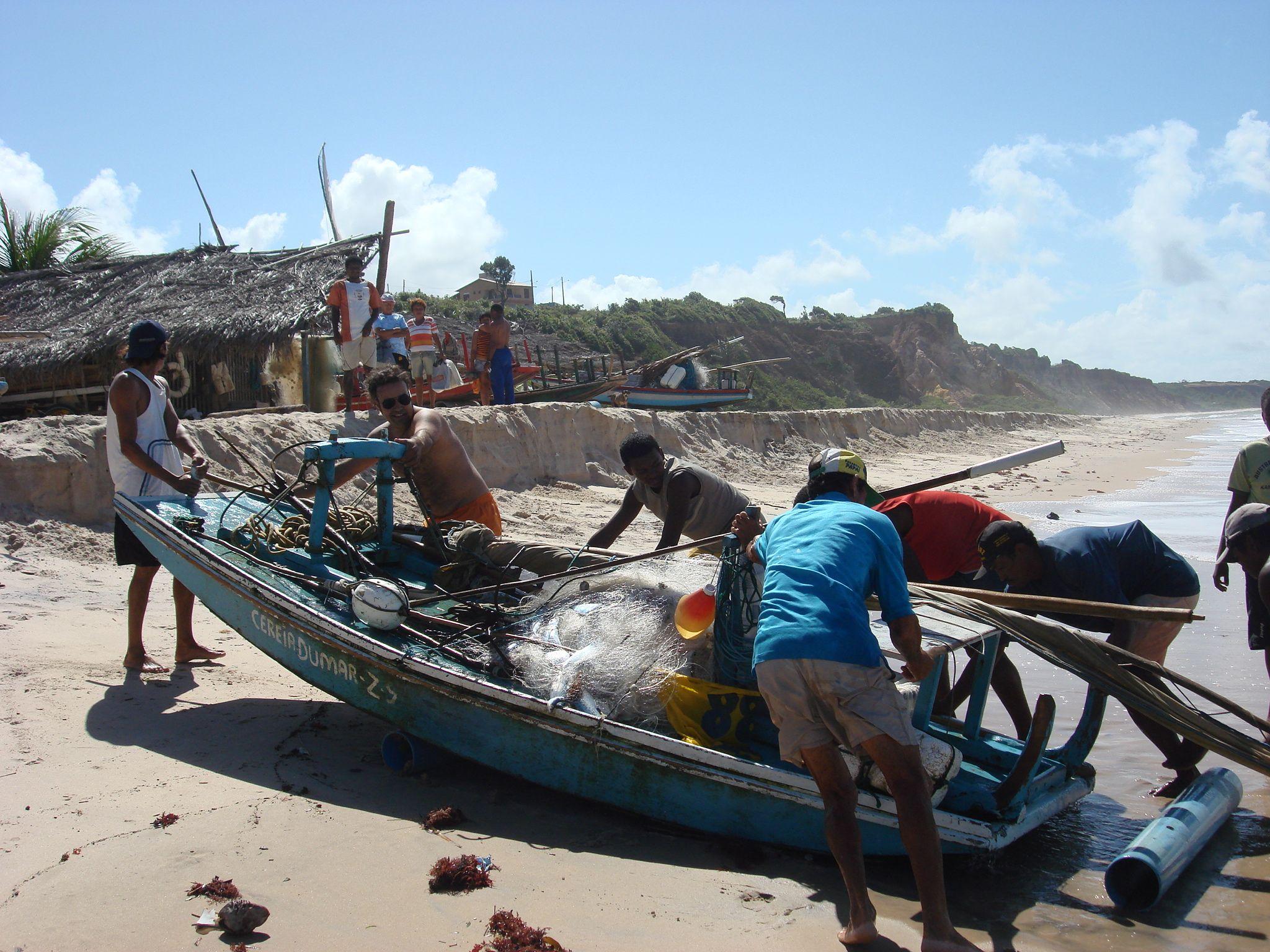 Pescadores - Praia do Amor, cidade de Conde -  Paraíba - Brasil