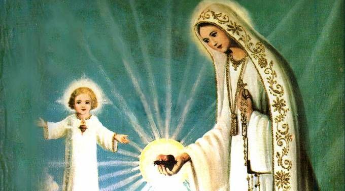 """El mensaje de la Virgen de Fátima sobre el poder del Santo Rosario comienza desde el 1° día de las apariciones, el 13 mayo 1917. En aquella ocasión Lucía preguntó si ella y Jacinta irían al cielo, y la Virgen les confirmó que sí, pero cuando preguntó por Francisco, la Madre de Dios contestó: """"también irá, pero tiene que rezar antes muchos rosarios"""".  La Virgen de Fátima en aquella ocasión abrió sus manos y les comunicó a los tres una luz divina muy intensa. Ellos cayer..."""