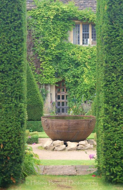 Using hedges to define garden space. Abbey House and Gardens in ...