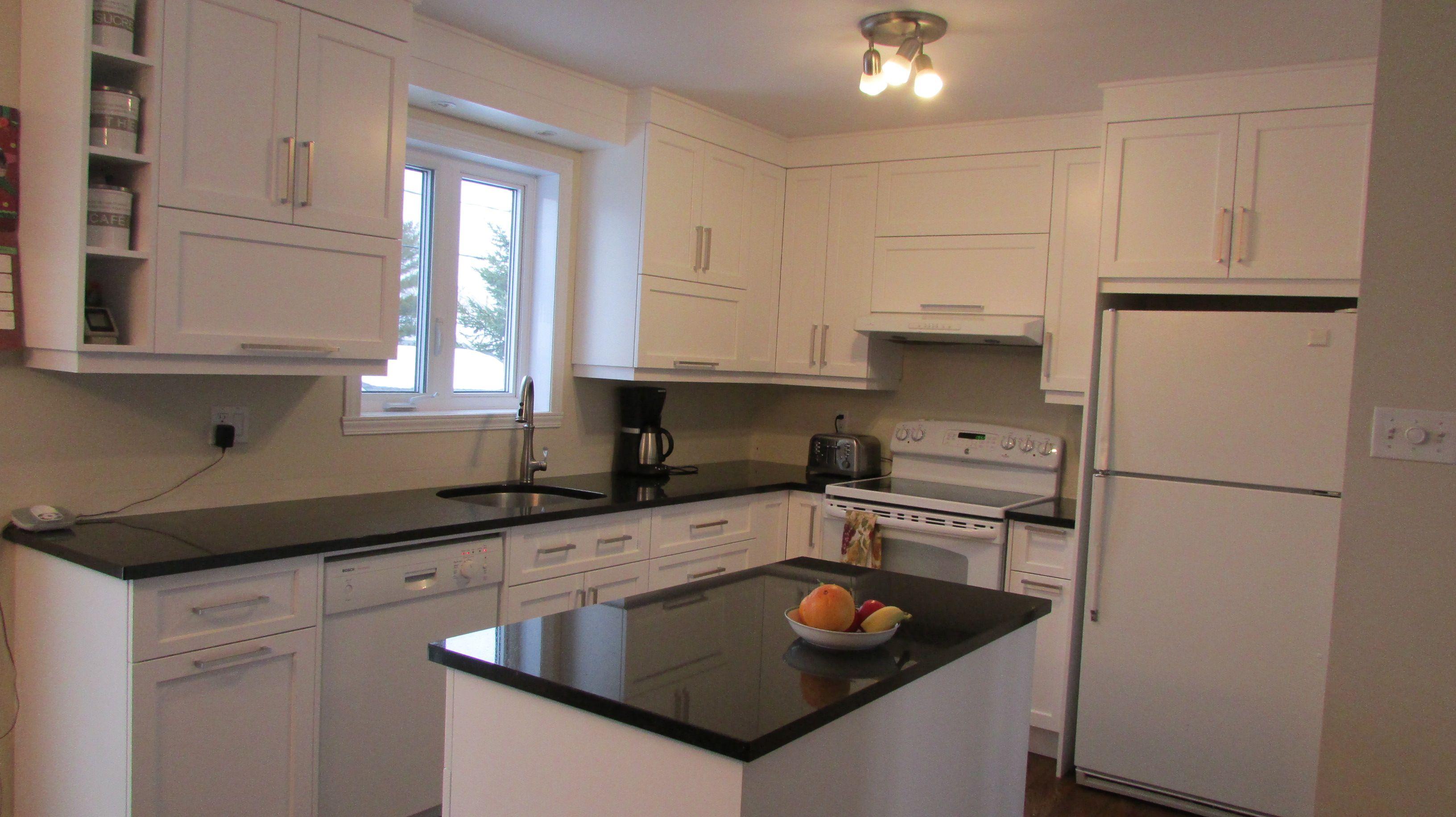 cuisine de style contemporain armoires ferm au plafond en merisier de couleur blanc pur avec. Black Bedroom Furniture Sets. Home Design Ideas