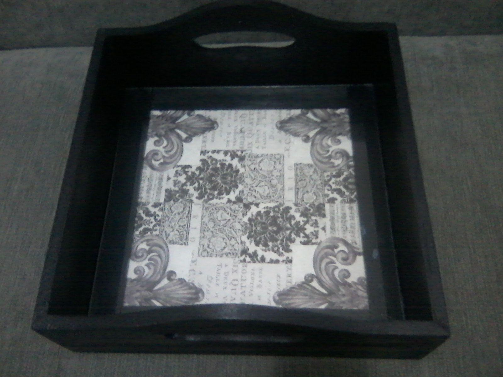 Bandeja quadrada com vidro e decoupagem.