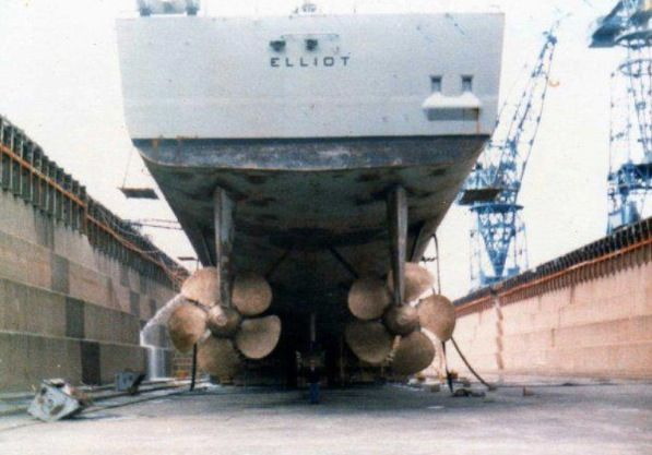 Uss Elliot Dd 967 In Dry Dock There Is A Sailor Standing Between The 2 Screws Navy Day Us Navy Ships United States Navy
