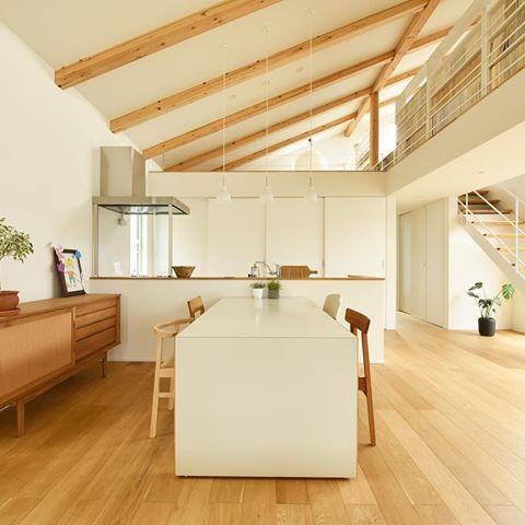 白と木目のシンプルで抜け感のある空間 柱や壁が少なくできるse構法を