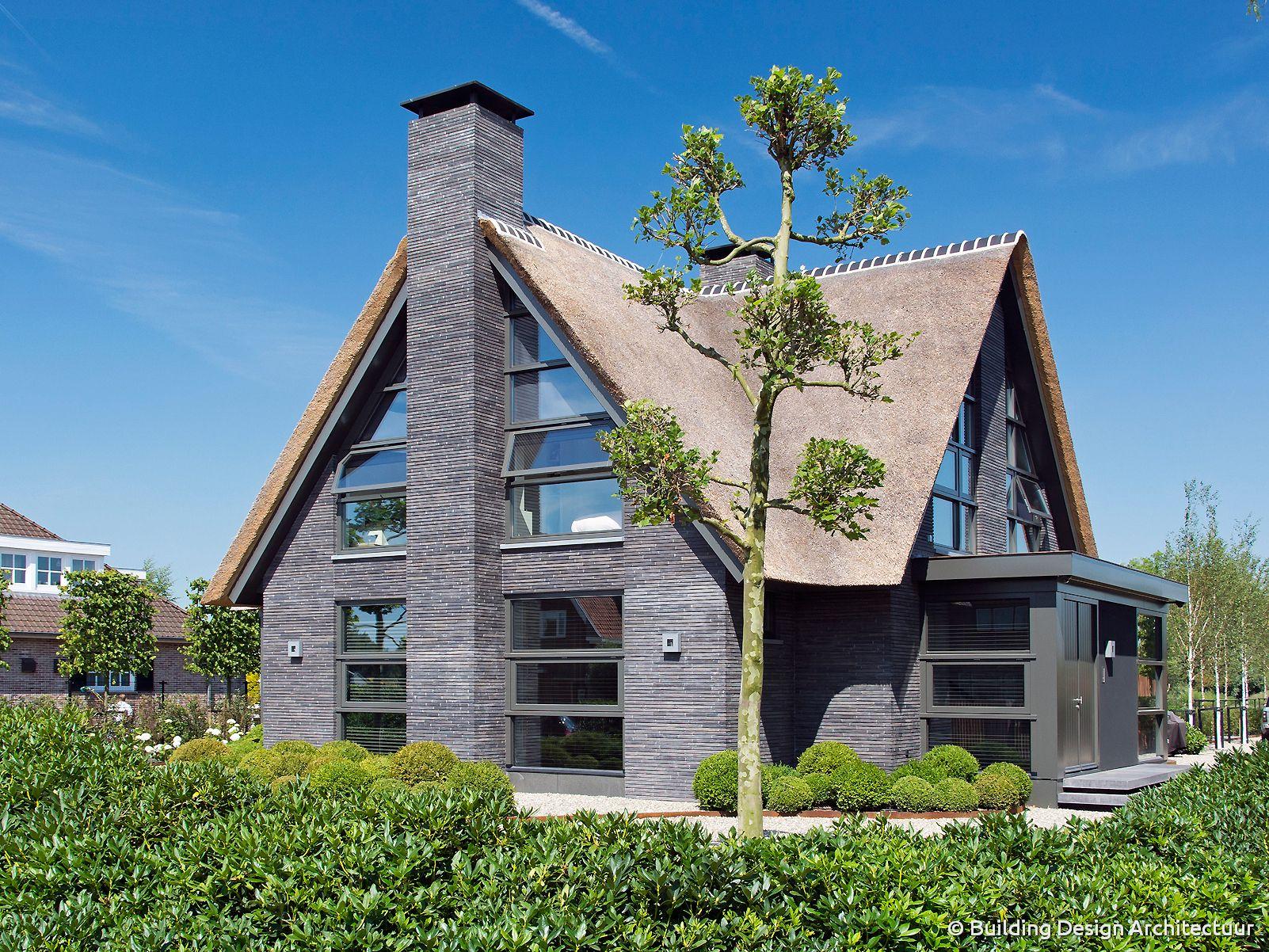 Rietgedekte villa building design architectuur for Moderne villa architectuur