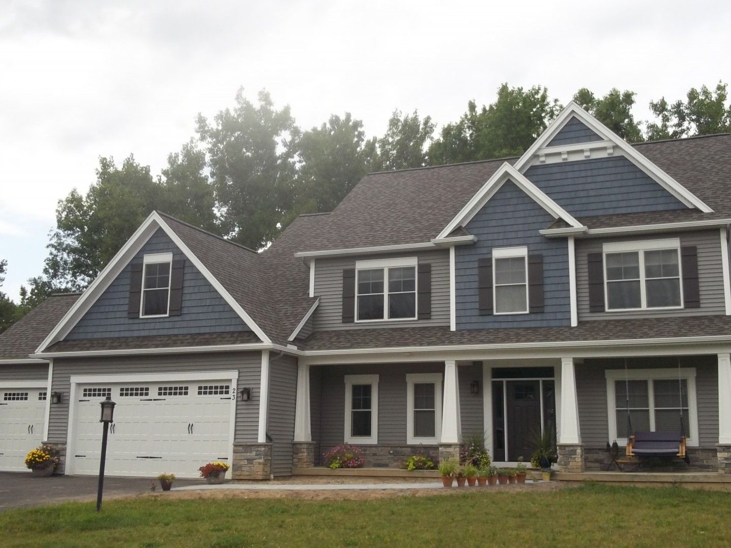 Norandex woodsman select premium vinyl siding in granite for Blue siding house