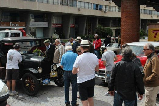 Exposición y carrera de autos clásicos en Punta